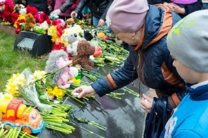 В Феодосии почтили память жертв трагедии в Кемерове #7625