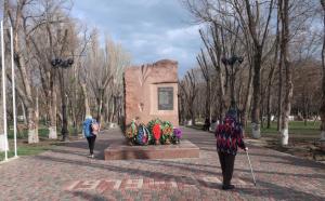 Комсомольский парк Феодосии: работы идут, горожане – прогуливаются #15433
