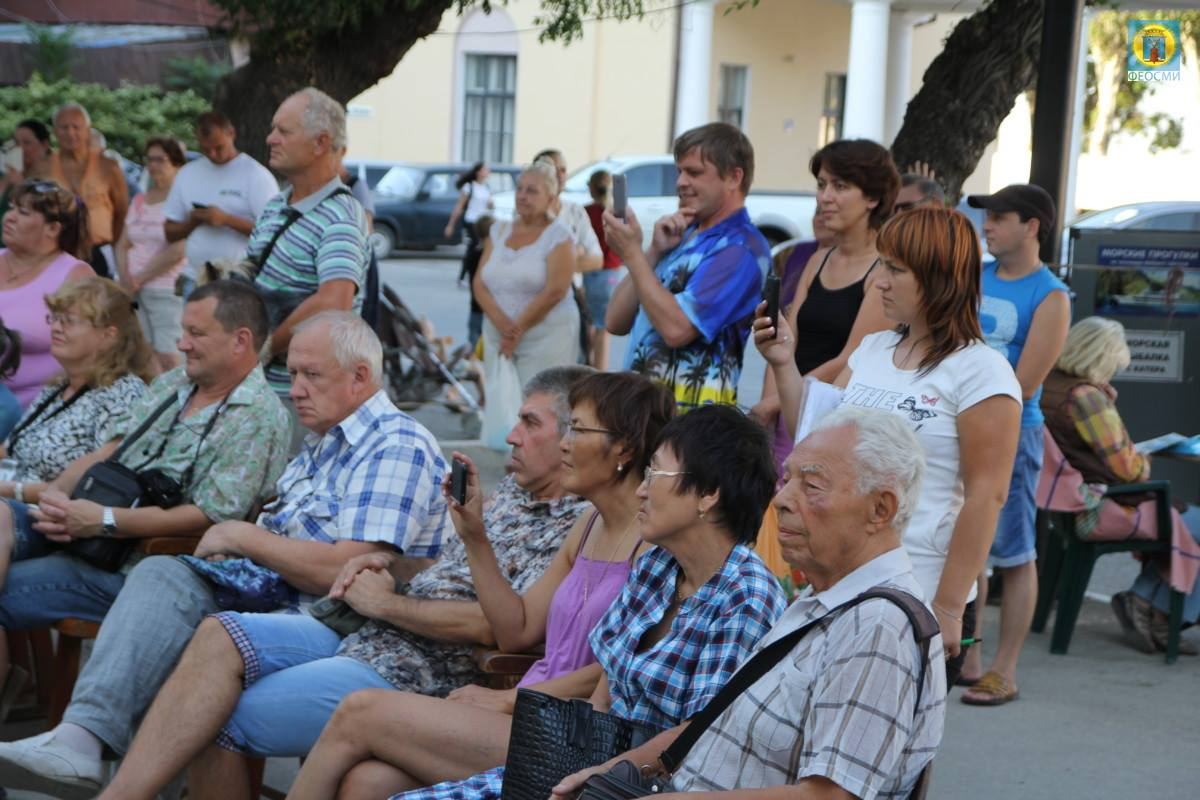 Фото выступления Александра Пяткова на Привокзальной площади Феодосии #3503