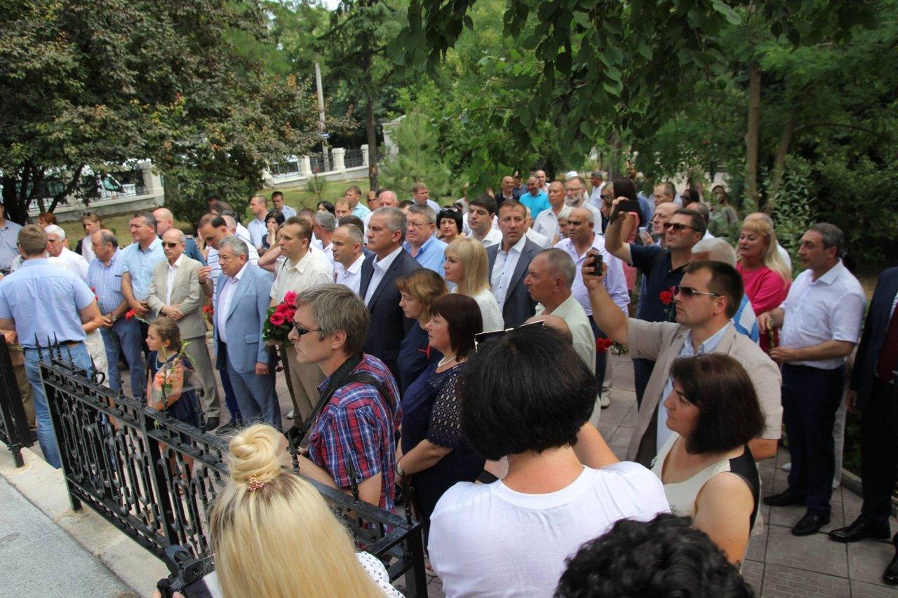 Фото визита Аксенова и потомков Айвазовского в Феодосию #937
