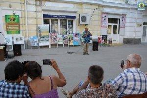 Фото выступления Александра Пяткова на Привокзальной площади Феодосии #3509