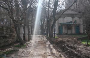 Комсомольский парк Феодосии: работы идут, горожане – прогуливаются #15446