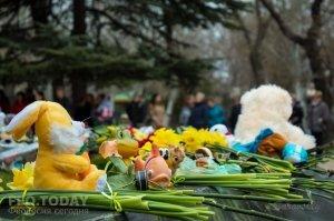 В Феодосии почтили память жертв трагедии в Кемерове #7645