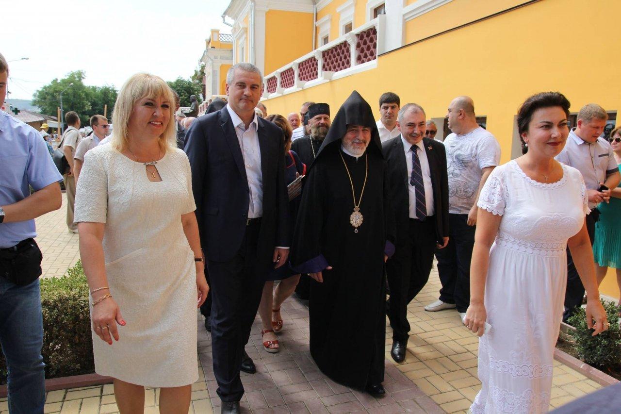 Фото визита Аксенова и потомков Айвазовского в Феодосию #934
