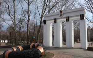 Комсомольский парк Феодосии: работы идут, горожане – прогуливаются #15441