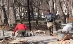 Комсомольский парк Феодосии: работы идут, горожане – прогуливаются #15437