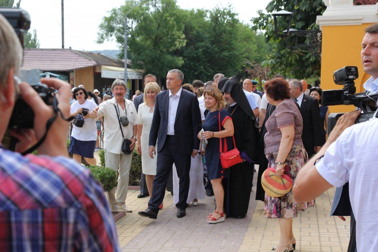 Фото визита Аксенова и потомков Айвазовского в Феодосию #957